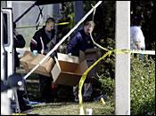 2008年12月12日星期五,调查人员在佛罗里达州奥兰多市的犯罪现场寻找证据。