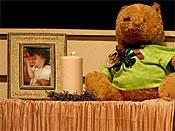2009年2月10日星期二,一只泰迪熊是佛罗里达州奥兰多市第一浸信会奥兰多的幼儿Caylee Anthony纪念馆的一部分。