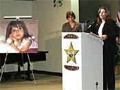 佛罗里达州执法部门左边的Joyce Dawley听取了医学检查员Jan Garavaglia博士宣布她已经统治了死亡或者左边照片中显示的Caylee Anthony,之前发现的骨头被确定为凶杀案2008年12月19日星期五在佛罗里达州奥兰多举行的新闻发布会上失踪的女孩。(美联社照片/ Reinhold Matay)